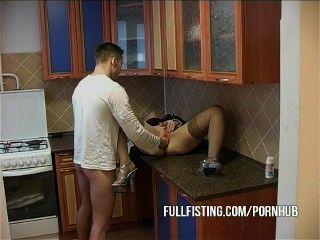 熱的ch子變得拳頭和屁股他媽的在廚房裡