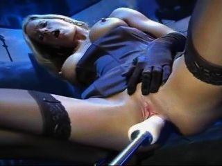 金發女郎在絲襪和手套他媽的機器