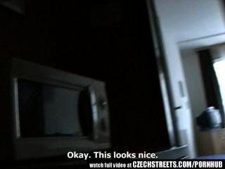 捷克街道青少年女孩得到它在酒店房間很難