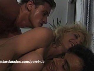 大胸部經典色情明星肛門冒險