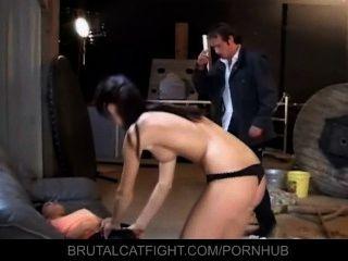 年輕的女朋友打她的女僕僱員的屁股