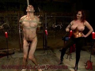 豐滿的紅發女神戲弄和使用新的奴隸男孩