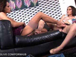 大boobed淺黑膚色的男人吃她的女朋友的襪子和貓絲襪