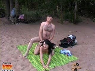 俄羅斯美容得到在海灘上
