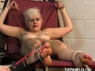 腳戀物癖和極端bastinado腳綁定的腳趾折磨性感的金發女郎