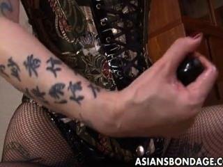粗糙的亞裔女主人犁她的甜奴隸女孩