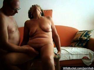 真正的夫婦有性在他們的橙色沙發上