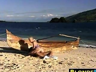 金發碧眼的貝貝肛門上了在海灘