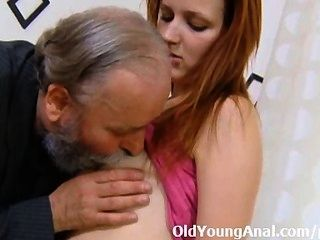 sveta彎曲,她的屁股上了她的大男人的努力