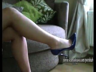 有長腿的俏麗的女孩在性感的女用貼身內衣褲和高跟鞋加強戀物癖