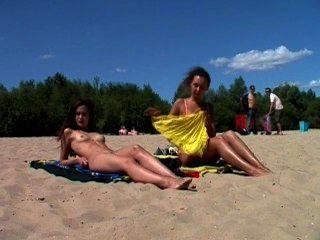 裸體青少年裸體主義者讓水吻她的身體