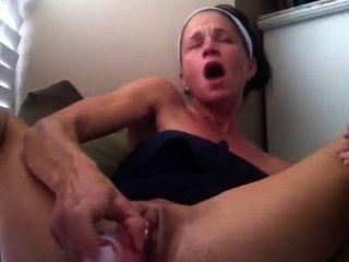 性感熱寶貝女孩手淫與噴出完成