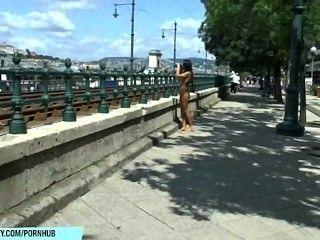 甜貝利在公共街道上顯示她性感的赤裸的身體