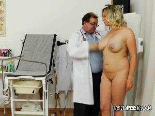 凱西得到她的巨大的山雀醫生檢查