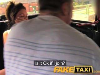 faketaxi樂趣時間夫婦在後座出租車三人行