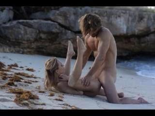 光滑的夫婦的極端藝術性在海灘的