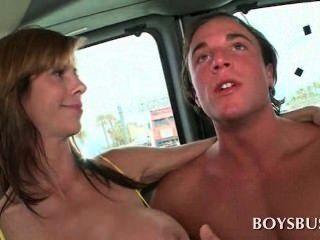 豐滿的寶貝,使這個傢伙在男孩公共汽車真的飢渴