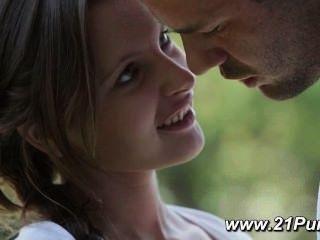 小的青少年與自然山雀做愛與她的男朋友
