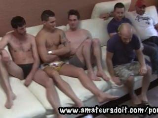 遇到熱的業餘澳大利亞人,看著他們準備好一組6路