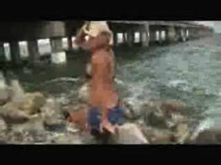 美麗的肌肉女孩模型屈曲和擺在海灘wmv