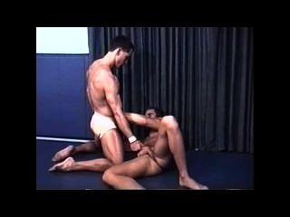 肌肉色情摔跤在運動鞋帶