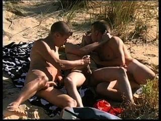 三個可愛的punks在裸體主義者海灘上有非常熱的性。