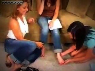 美麗的女孩得到鞋底舔