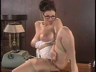 洛娜·摩根剝離她的女用貼身內衣褲和姿勢在書桌上