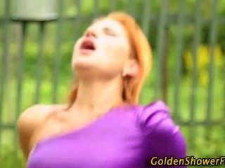 衣金色淋浴蕩婦