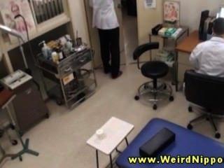 業餘亞洲人得到她的奶子為她的醫生