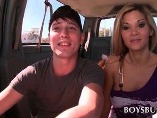 英俊的青少年的傢伙由一個熱的金發碧眼的女人引誘在公共汽車