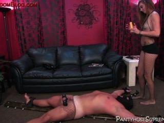 引導femdom ch子控制她的男性奴隸順從