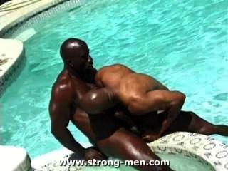 驚人的黑肌肉沉