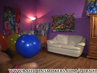 青少年的跳躍和在大氣球落