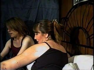 母親和女兒抽煙