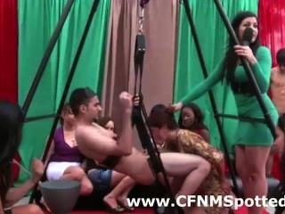 赤裸的人從cfnm女孩獲得口交在現實黨