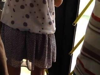 偵察在一個熱的女孩在公共汽車