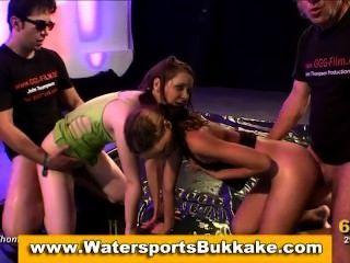 水上運動金黃淋浴女孩