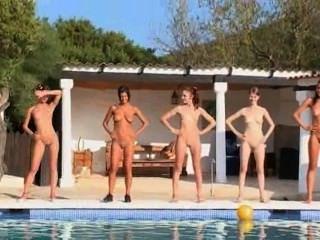 由水池的六個赤裸女孩從歐洲