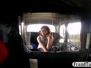 淘氣的業餘提供口交給出租車司機