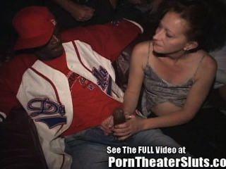 妻子在一個色情劇場上公共cumshots&creampies!
