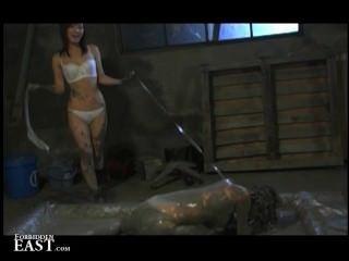 femdom把她的日本女性性奴隸放在泥浴裡折磨她