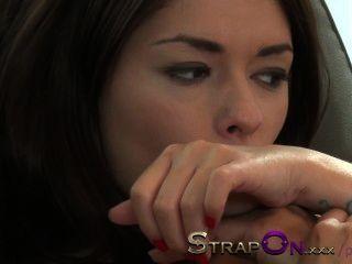 strapon緊歐洲女孩性交可愛的自然拉丁女同性戀