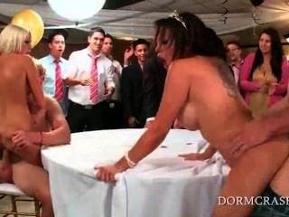 狂野的蕩婦pornstars跳學院軸在舞會上