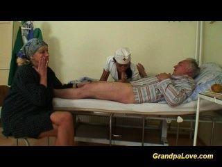 爺爺寶貝他媽的一個好的黑髮護士給口交