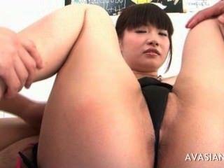 亞洲母狗傳播她毛茸茸的貓開闊