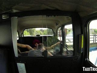 狡猾的紅頭髮女孩得到性交在出租車