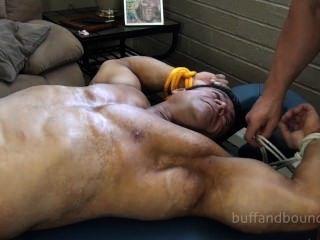 強大的健美運動員綁定和撓痒的zeus diamonte