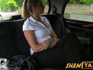 女孩撕了的出租車司機和不得不支付她的unt!