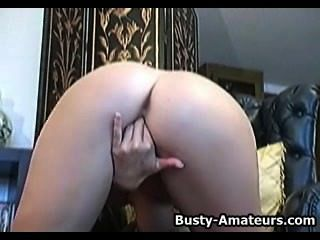 炸彈莉薩neils玩她的陰道與假陽具